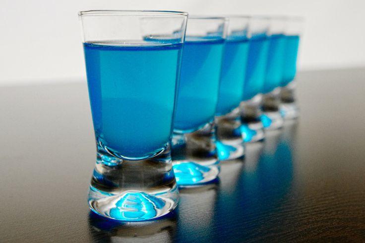 Niebieskie Kamikadze (Blue Kamikaze) jest jednym z najbardziej popularnych shotów. Zwyczajowo pije się cztery kieliszki jeden po drugim, co wydaje się mało rozsądne (stąd wzięła się nazwa drinku). Niebieskie Kamikadze można również podać w wysokiej szklance, kostkami lodu i plastrem limonki lub cytryny dla ozdoby. Drink składa się z trzech składników: wódki, blue curacao oraz soku z cytryny, a jego przygotowanie jest bardzo proste i szybkie. Zamiast soku z cytryny można również użyć soku z…