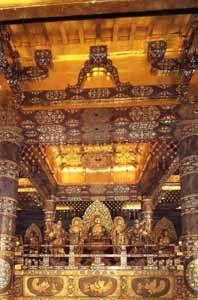 1124年に藤原清衛により建立された金色堂は荘厳な雰囲気。平泉の見所!