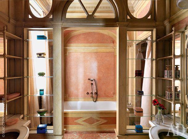 Гостевая ванная комната на первом этаже. Стены оштукатурены, в нишах на полках — коллекция старинных шкатулок, которые собирает хозяйка. Детские санузлы и ванная хозяев находятся на втором этаже и оформлены менее парадно.