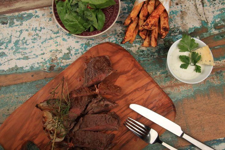 Hüftsteak vom Angus Rind, Steckrübenpommes, Gorgonzola-Dip und Baby Leaf Salat