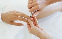 Ухоженный и привлекательный маникюр без удаленной кутикулы просто невозможен. Однако ради избежания повреждения ногтевой пластины и предотвращения воспаления кожных покровов, делать это необходимо правильно.