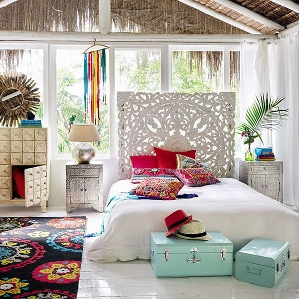 Cabecero de cama tallado en madera con diseño de mandala. Decoración con mandalas.