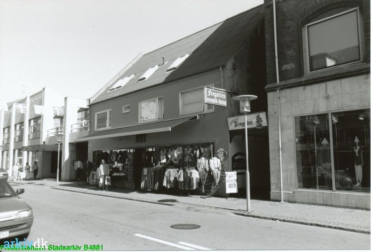 arkiv.dk | Tøjbutik, Danmarksgade 45, Frederikshavn og indgangsport til Restaurant Fregatten, Danmarksgade 45, Frederikshavn 1993