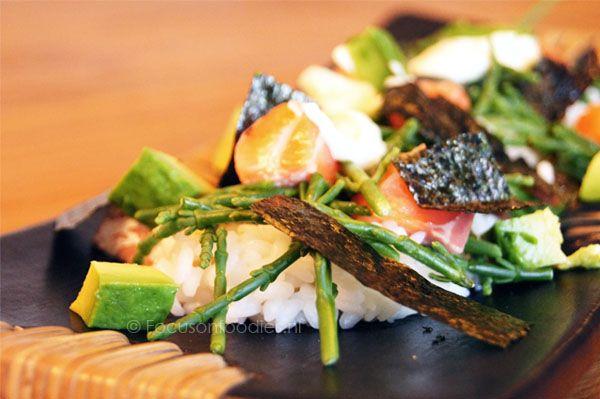 Op zoek naar een gezonde avondmaaltijd: Sushi salade maak je super snel klaar en eigenlijk is het nóg lekkerder dan gewone sushi.