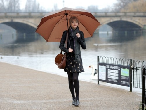 Taylor Swift, London  BIG UMBRELLA  look at the play btw the arches of the bridge and her umbrella!