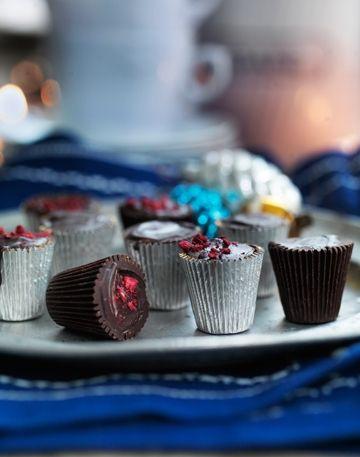 Tilfredsstil din søde tand med de lækreste chokolader fyldt med blød karamel og skønne tørrede hindbær.