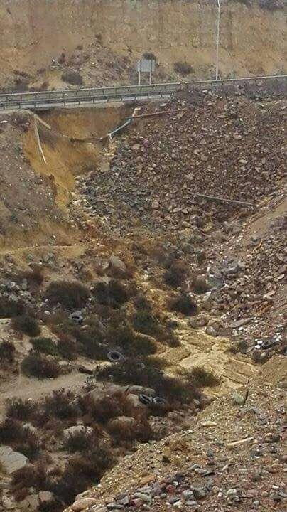"""MRomero en Twitter: """"Ruta 5 Norte, saliendo desde La Herradura,hacia el sur. carretera está a punto de colapsar, por un socavón en la quebrada que da al Panul. . 12/05/17"""