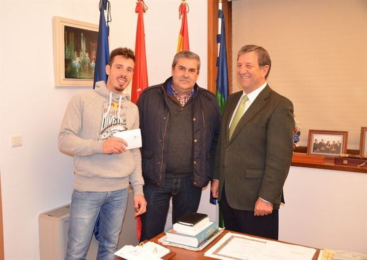 Un vecino de Villanueva de la Cañada ha devuelto los 2.500 euros que encontró en el vestuario de la piscina cubierta municipal, ha explicado el protagonista...