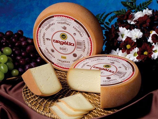 Queso de l'Alt Urgell y la Cerdanya, - es un queso elaborado exclusivamente con leche de vaca pasteurizada, madurado, de pasta prensada no cocida.