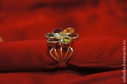 Дизайнерское кольцо `Удивительный цветок` с самоцветами. Легкое нарядное кольцо-цветок в стиле модного сейчас нарядного многоцветья! Сразу весь набор самоцветов в одном колечке. Самоцветы родом с плодородной Шри-Ланки. Очень нежное и удобное колечко, которое можно носить хоть каждый день, т.к.