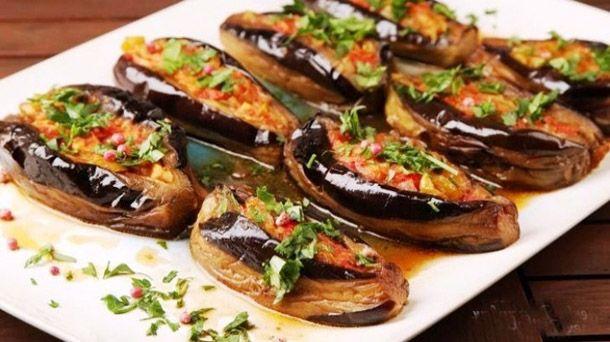 Karnıyarık Türk mutfağının belli başlı patlıcan yemeklerinden biridir. Hazırlanırken ana malzeme olan patlıcanın dışında soğan, biber, domates ve kıyma da kullanılır. Benzeri bir patlıcan yemeği imambayıldıdır.  Malzemeler  4 adet orta boy patlıcan 3 yemek kaşığı zeytinyağı 1 adet büyük boy