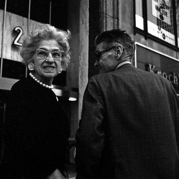 Вивьен Майер родилась в 1926 год в Нью-Йорке. Никто не замечал ее таланта вплоть до 2007 года, когда молодой агент по недвижимости Джон Малуф, купил с аукциона несколько коробок вещей со склада обанкротившейся компании. В этих коробках он обнаружил около 100 000 негативов сделанных Вивьен Мейер на свою среднеформатную камеру Rolleiflex. В процессе проявки и печати Джон Малуф понял, что нашел целое сокровище, рассказывающее о середине 20-го века в очень эстетической форме.