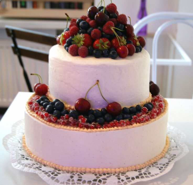 Vegane Hochzeitstorte oben gefüllt mit Schokoladencreme unten mit Himbeeren und Yogurtcreme