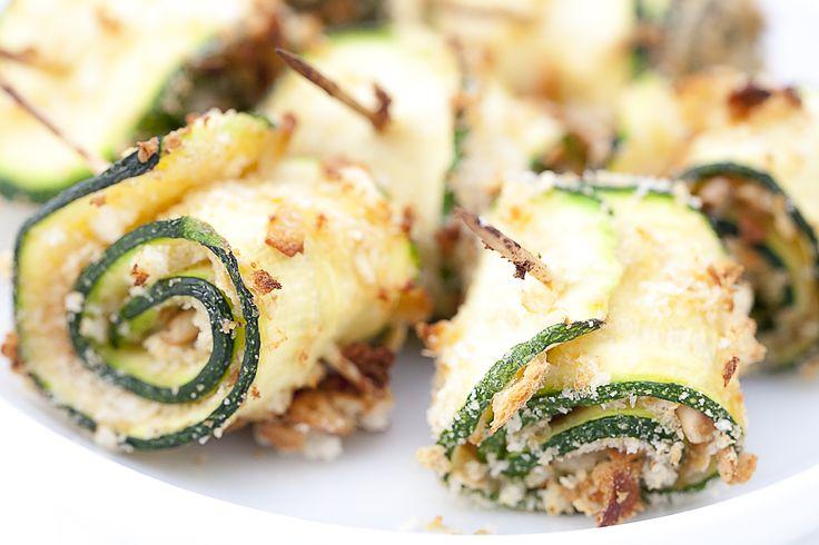 Von Zucchiniröllchen gibt es eine Menge unterschiedlichster Rezepte. Bei vielen ist eine Füllung aus Feta oder Frischkäse dabei. Hier fehlt ...