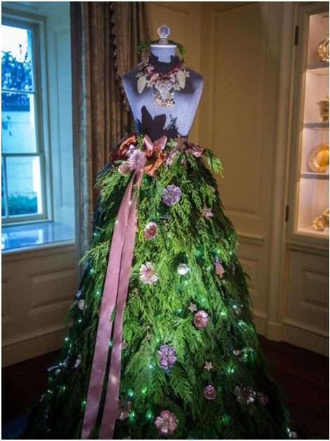 Two dress form mannequins sit in the Vermeil Room in place of traditional Christmas trees. Description from blog.mannequinmadness.com. I searched for this on bing.com/images