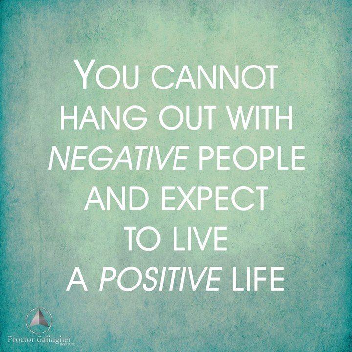 No puedes convivir con gente negativa y esperar  vivir una vida positiva