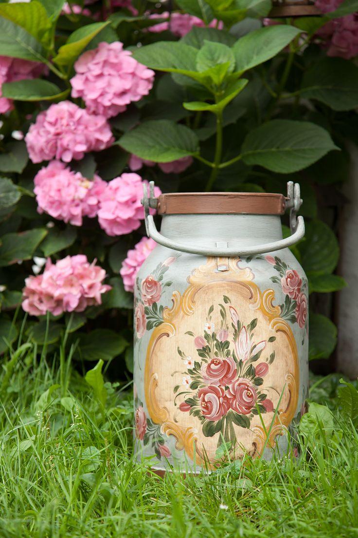 Diese traditionelle und handgemalte Milchkanne gibt's bei www.servusmarktplatz.com