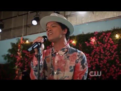 "Bruno Mars faz performance de ""Rest Of My Life"" na série ""Jane The Virgin"""
