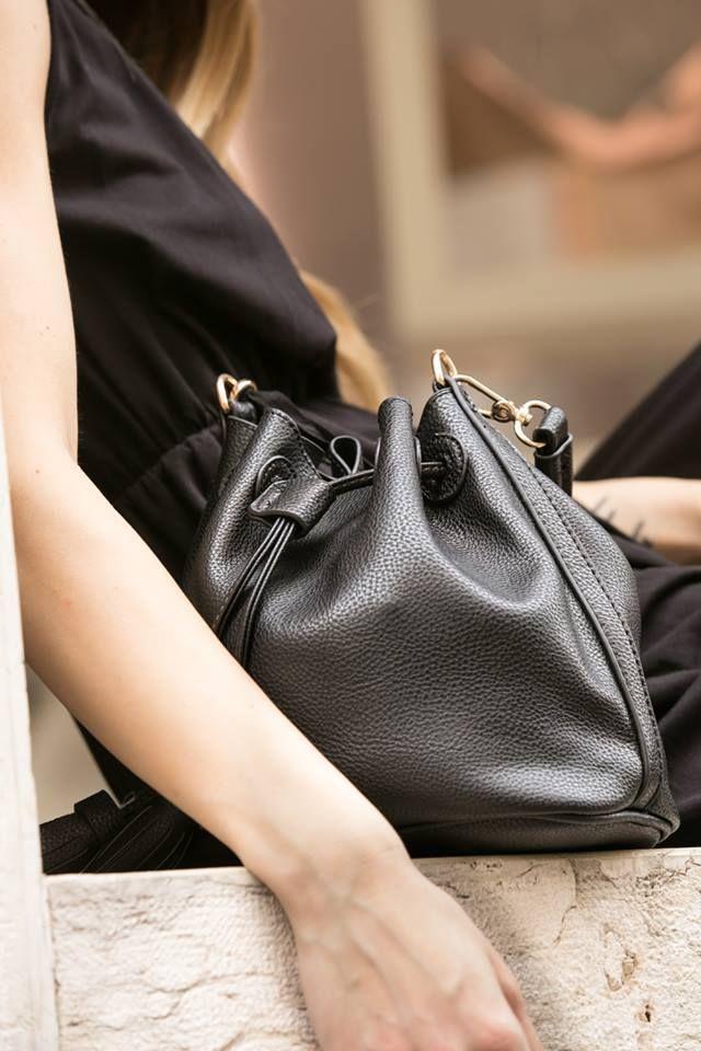 Black Details #DANI #shooting #snapshot #blackisback #style Scegli il tuo accessorio preferito per l' estate come questa borsa in ecopelle nera, elegante e dalle finiture raffinate.  https://www.danishop.it/accessori/borse.html