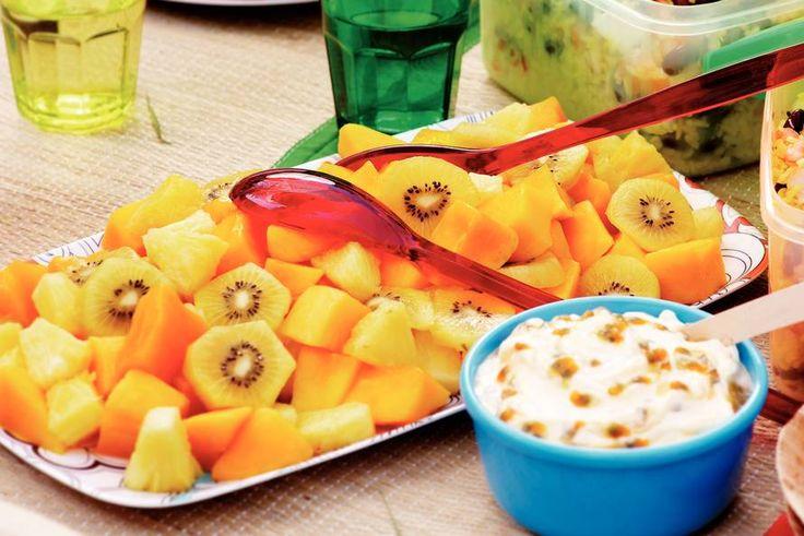 Kijk wat een lekker recept ik heb gevonden op Allerhande! Tropische fruitsalade met passievruchtenroom
