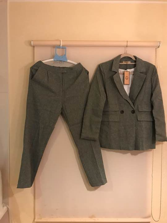 数ある商品の中から、興味を持って頂きありがとうございます。 ■ジャケット サイズL 着丈 約70㎝ 袖丈 約57㎝ ■パンツ ウエストゴムになっているのでフリーサイズ! 普段Mサイズの私には少し大きめなので、Lサイズのかたで丁度いいと思います。 コンパクトに畳んで発送させていただきます。 畳シワご了承ください。 こちらはお値引き不可となります。 スーツカンパニー、インディヴィ、ルスーク、ナチュラルビューティーベーシックなどお好きな方にもおすすめです。 秋色探し、大人 冬 春コート モード系 ビジネス スーツ ジャケット アウターメンズ レディースカジュアル 個性的 派手 人気 限定 希少 細身 ロング丈 ロングコート 上着 トレンド ファッション 衣装 結婚式 流行 海外からの商品の出品になります。新品未使用ですが細かなキズ、縫い目のズレ、糸のほつれ等完璧をお求めの方はご購入をお控え下さる様お願いします。 何か不備がありましたら評価前にご連絡ください。 お支払いをコンビニ決済やATM払いにされた方は、発送の準備の都合がありますので、支払い予定日...