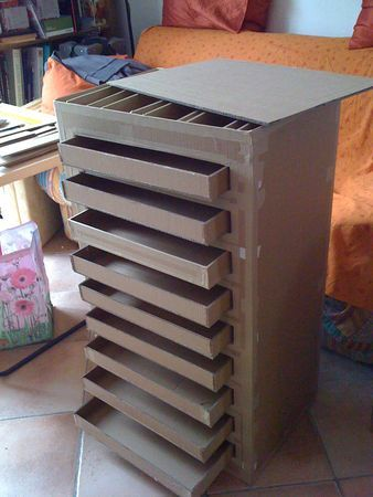 A chest of drawers in cardboard. En français.