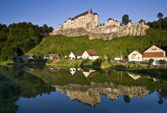 Cesky Sternberk castle - Czech Republic Na zamek Czeski Šternberk (50 km od Pragi) dojedziemy ze stolicy Czech kolejką o nazwie Posázavský Pacifik. Z pewnością warto wybrać ten rodzaj transportu. Trasa wiodąca poprzez romantyczną okolicę rzeki Sázavy zachwyci każdego turystę. Zamek, perła architektury gotyckiej, wraz z potężnymi murami obronnymi, robi imponujące wrażenie.