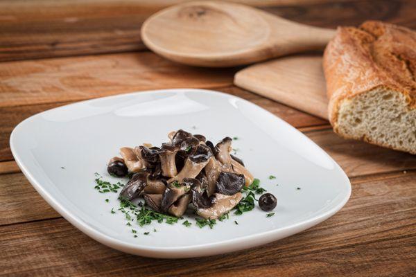 Funghi cardoncelli sott'olio. Il cardoncello si può utilizzare da solo come gustoso antipasto oppure in combinazione con carni affumicate e stagionate. Ottimo anche se inserito in insalate di verdure di stagione, con insalate fredde di pasta o di riso. #fungo #cardoncello #sottolio #specialita #gourmet #calabria