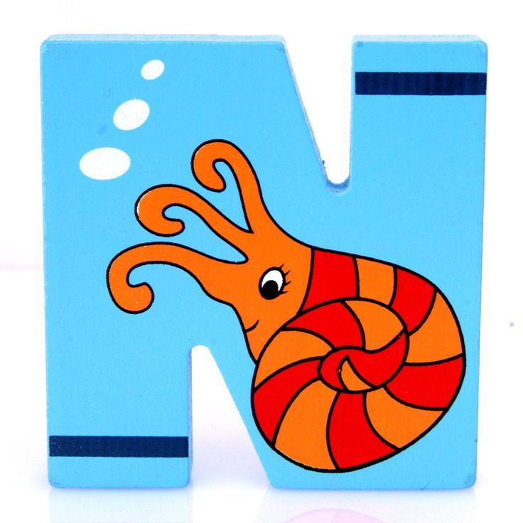 Simpatica lettera M in Legno con l'aspetto di un Polipo, per decorare e rendere più bella la cameretta componendo nomi, frasi. Sono disponibili tutte le lettere dell'alfabeto  Può essere appoggiata su una mensola oppure si puo' fissare con colla o biadesivo o possono anche essere utilizzate per giocare.  Dimensioni cm 6,5 x 7 x 1  Materiale: Legno.   I colori possono cambiare in base alle disponibilita'