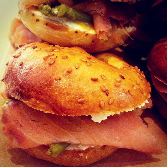 @leformicheshowroom bagel MADE farciti con carne, pesce e veg #designartfood #bagel #salmone #veg #pollo #leformichelab