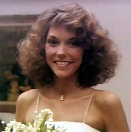 The little lady with a beautiful voice.. I have her albums.. Miss.. you Karen Carpenter! R.I.P. :'(