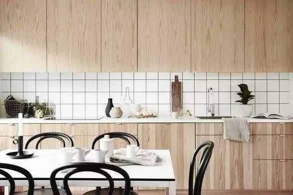 用简单的白色小方砖,打造清爽实用的厨卫空间
