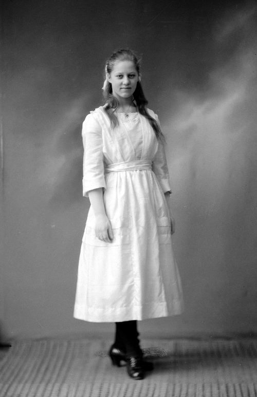 My grandmother Erna 15 years old in 1920. Mormor Erna i 1920 snart 15 år #slekt #genelogy #familyphoto