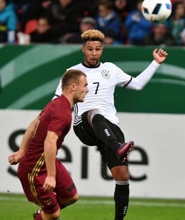 Serge Gnabry (r./im Zweikampf mit Russlands Makarow) kam im Herbst von Arsenal zu Werder