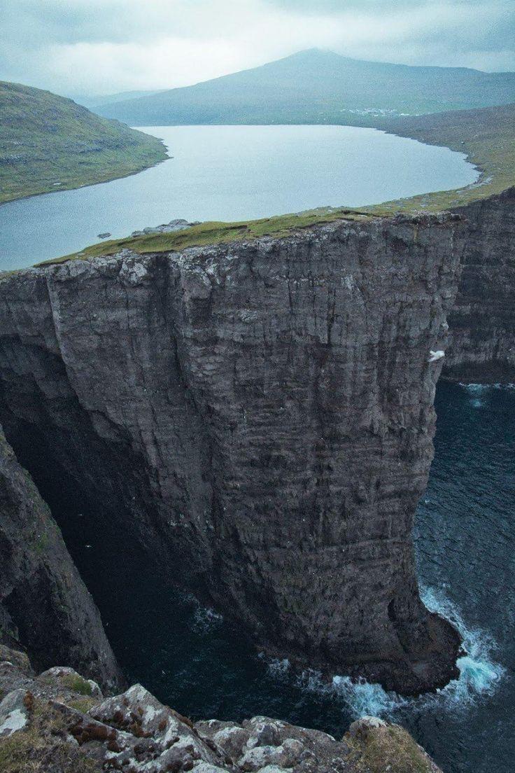 El lago Sørvágsvatn «colgado» sobre el océano en la isla de Vagar. Es el lago más grande en Islas Feroe (Dinamarca)