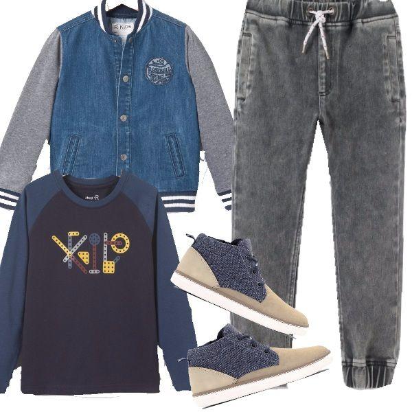 Piccoli uomini a passeggio, con pantaloni di felpa effetto jeans, maglietta con stampa, bomber stile università e scarpe sportive alta alla caviglia, comodi e moderni!