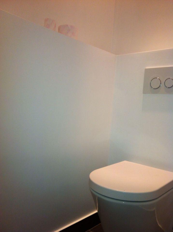 Badkamer en toilet gestukadoorde wanden, afgewerkt met sikkens coating.