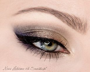 This is the classic make-up, which beats the effortless elegance . The combination of two opposite colors - gold and garnet , has the effect of colored reflections on the eyelid, depending on the light that falls on the makeup.