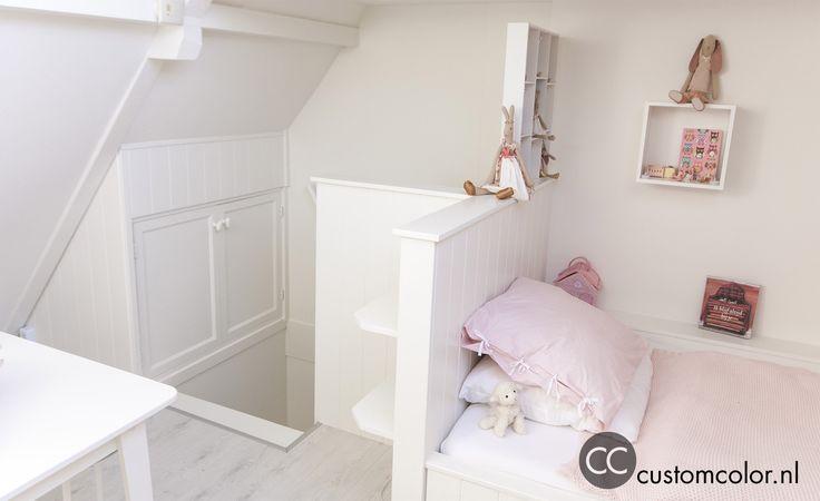 Een echte meiden kamer.  Voor het vaste meubilair is gekozen voor wit tinten. Het speelgoed heeft al genoeg kleur in zich om het de kamer van voldoende kleur te voorzien.