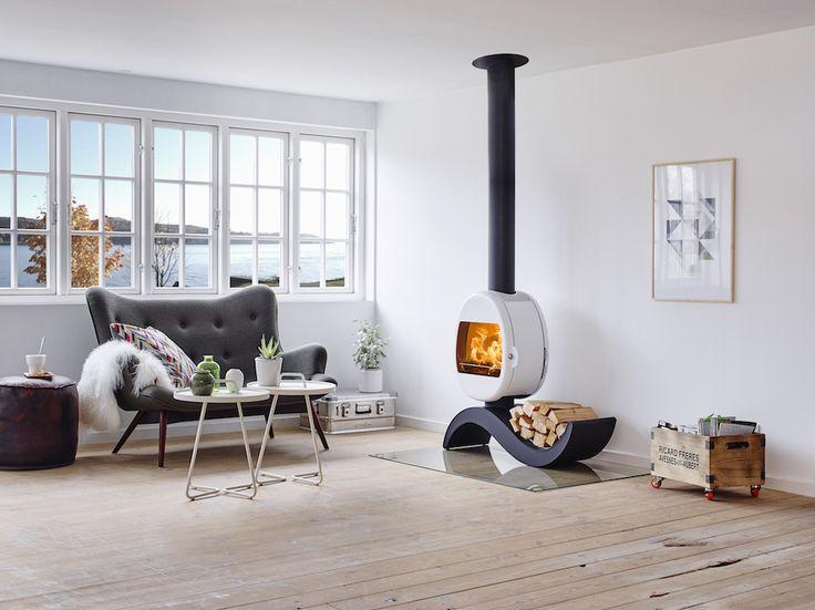 Prachtige ronde houtkachel in wit met zwart met bijzondere design voet. Scan…