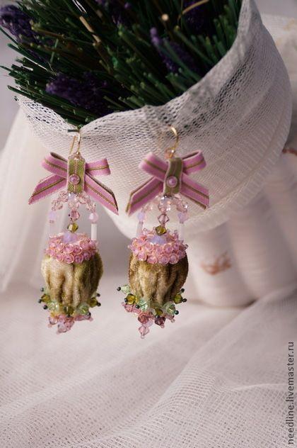 серьги `La Princesse de Montpensier`. Конфетно-мармеладные, невесомые , немного кокетливые , необычные серьги -бутоны .. Серьги были созданы из винтажных японских бутонов 50 годов ) Эти бутоны сделаны из шелкового бархата очень красивого нежно-зеленого цвета ....