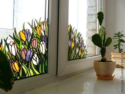 Витраж на окно Крокусы. Небольшой витраж, изображающий букет крокусов привнесет в Ваш интерьер весеннее настроение и яркие краски. Рассчитан на металлопластиковое окно с открывающейся створкой (как на фотографии, одна рама шире другой).