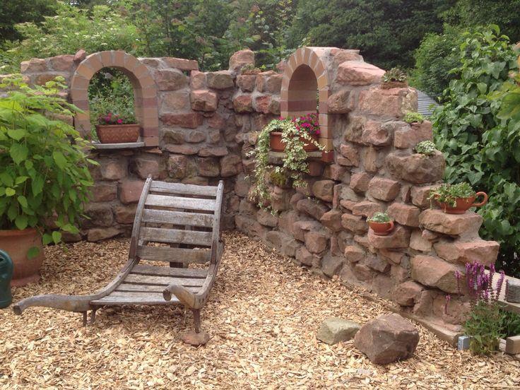 Ruinen-Deko-Mauer aus alten Sandsteinen