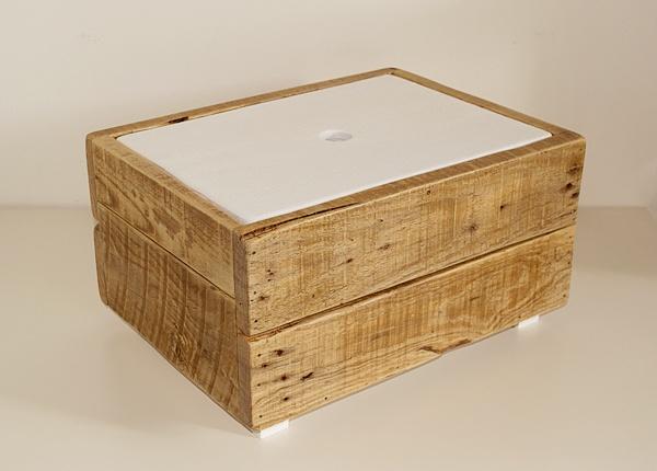 Cassetta portaoggetti/contenitore con coperchio, realizzata interamente con legno di recupero.