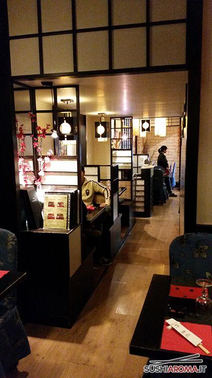 I tavoli lungo il corridoio del Take Sushi