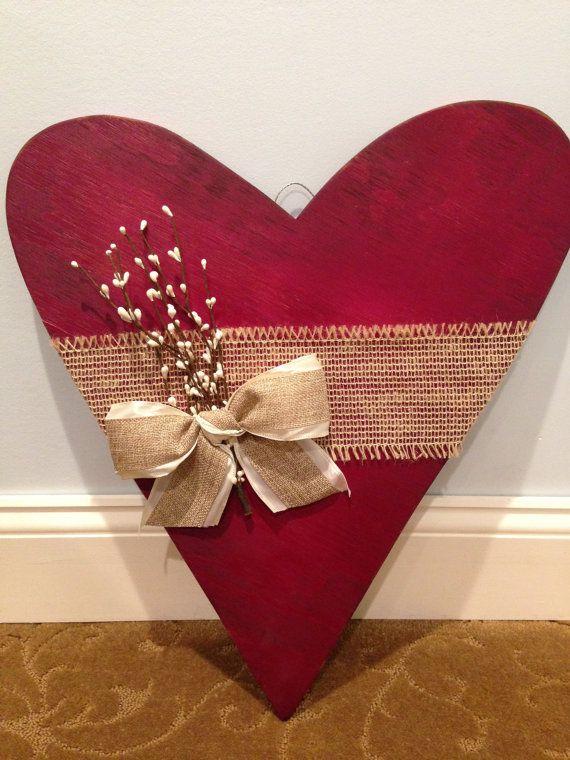 Decoración de San Valentín. Afligido corazón de madera. Corazón rústico. Colgante corazón de pared. Primitivos modernos. Corazón colgante de madera. Madera para la decoración de San Valentín.