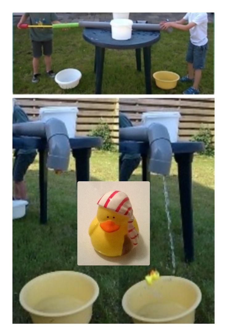 'Eendje spuiten': een leuk water-spelletje! Nodig: lange PVC-buis, badeendje, waterpistool met voldoende kracht, water