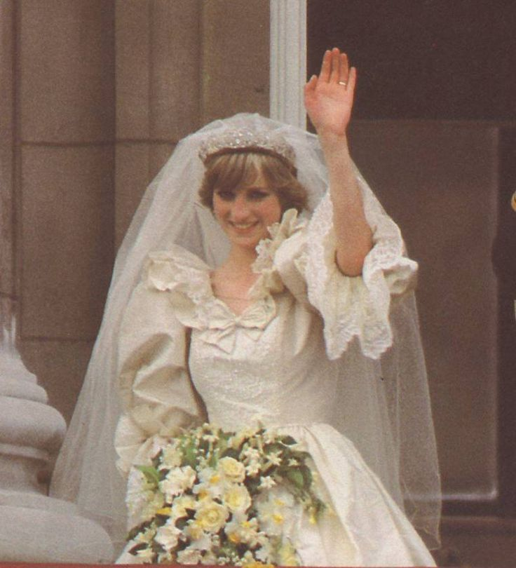 Princess Diana waves to all those who came to see them July 29,1981.