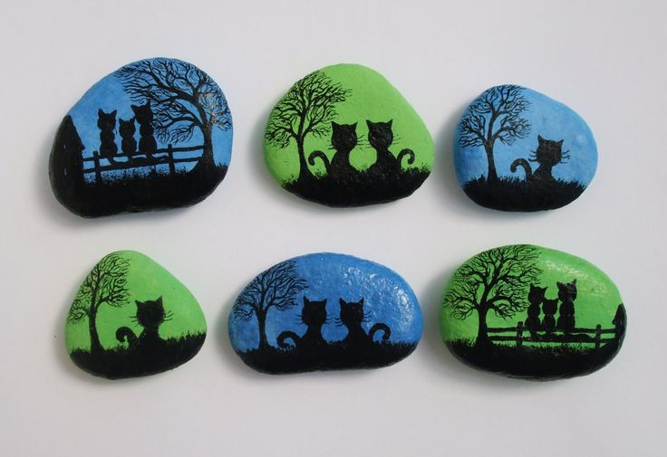 Pintado a mano piedra imanes con gatos: Original pintura arte en piedras Los guijarros son pintados con tinta negra y acuarela (fondo) y rociar con barniz. Tamaño aproximado: Un gato: 1,3 x1.3 (3.3cmx3.3cm) Dos gatos: 1.8 1,4 (4.5cmx3.5cm) Tres gatos: 2 x1.5 (5cmx3.8cm) Me encargo de la pintura en piedras y conchas y puede pintar algo especial para usted en el estilo de la silueta: un cuadro especial, palabra, nombre, iniciales, fecha, frase... Más pintado piedras…