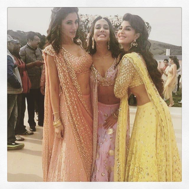 Ahhhhh ... Flawless #mehendi or #sangeet look .. #celebstyle #fashioninspo #nargisfakhri #lisahaydon #lehengas @asthanarangofficial #pink #yellow #peach